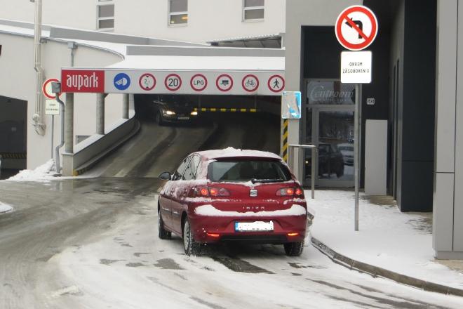 """a2c97c4db3 """"Parkovanie spoplatníme symbolickou sumou 50 centov za vstup. Do desiatich  minút od vjazdu na parkovisko budú môcť vodiči priestory Auparku opustiť  zadarmo."""