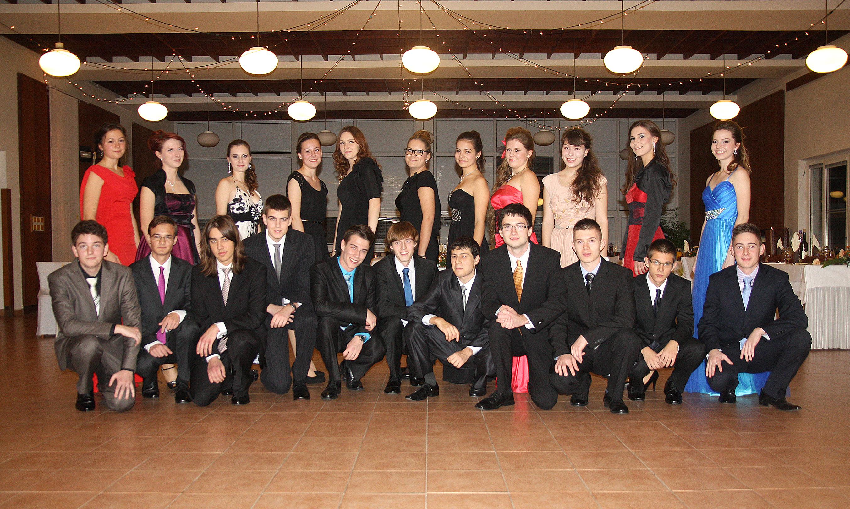 f4996e7cd167 Dvadsaťtri maturantov si stužkovú slávnosť užilo v piatok 15. novembra v  priestoroch Hotelovej akadémie Ľudovíta Wintera. Svojich zverencov  ostužkovala ...